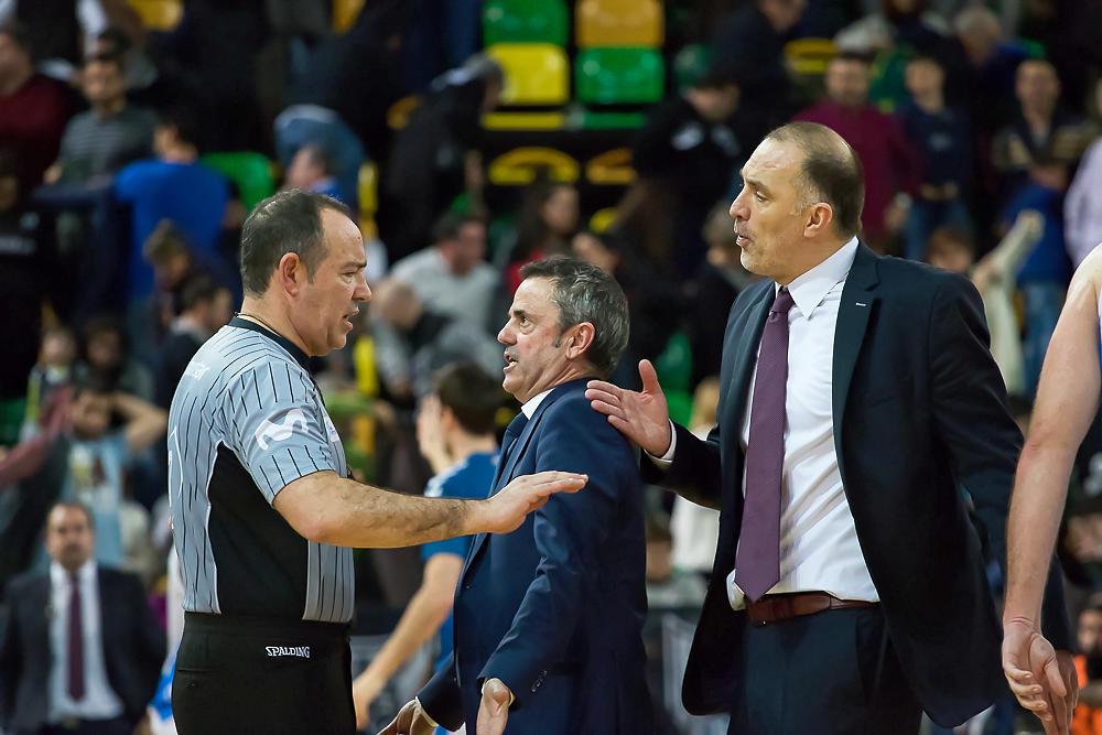 Ambos entrenadores protestan al árbitro (Foto: Luis Fernando Boo).