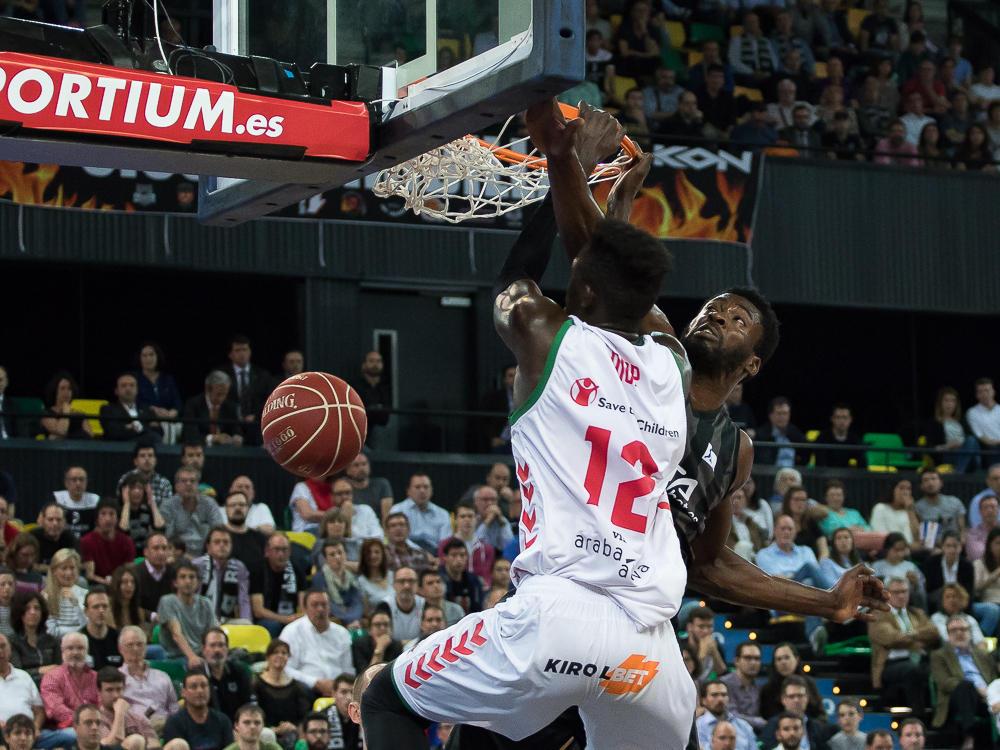 Diop hunde el balón en el aro rival ante Micheal Eric (Foto: Luis Fernando Boo).