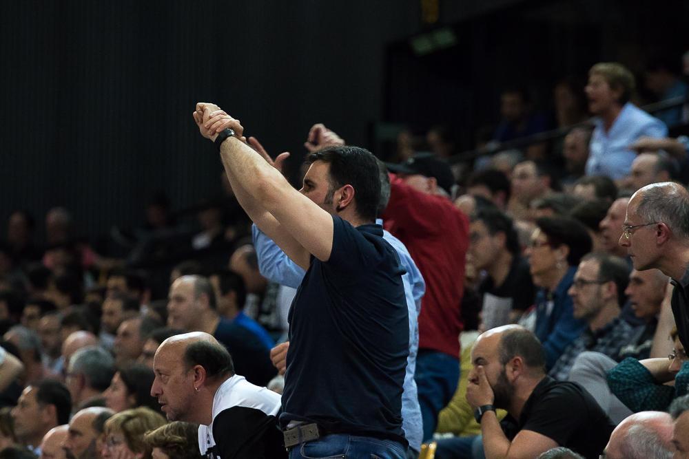 El público pide una falta antideportiva (Foto: Luis Fernando Boo).