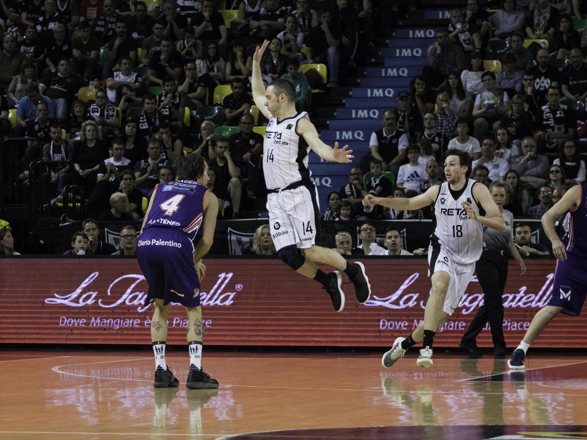 Grimau hace volar a su defensor  | Foto: Luis Fernando Boo.