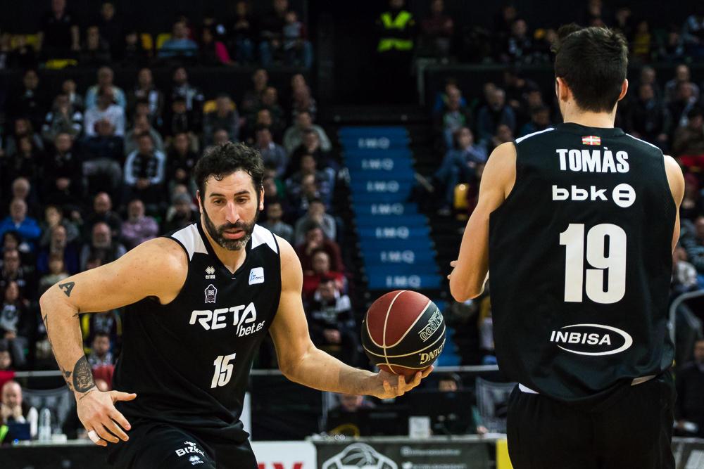 Mumbrú deja el balón a Tomas (Foto: Luis Fernando Boo).