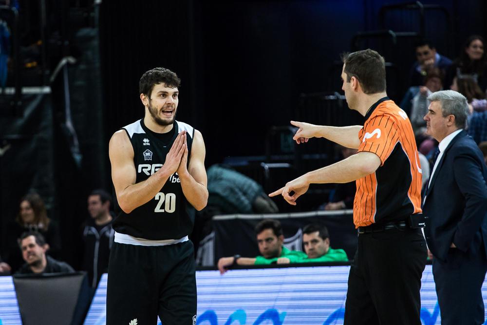 Todorovic pide explicaciones al arbitro (Foto: Luis Fernando Boo).