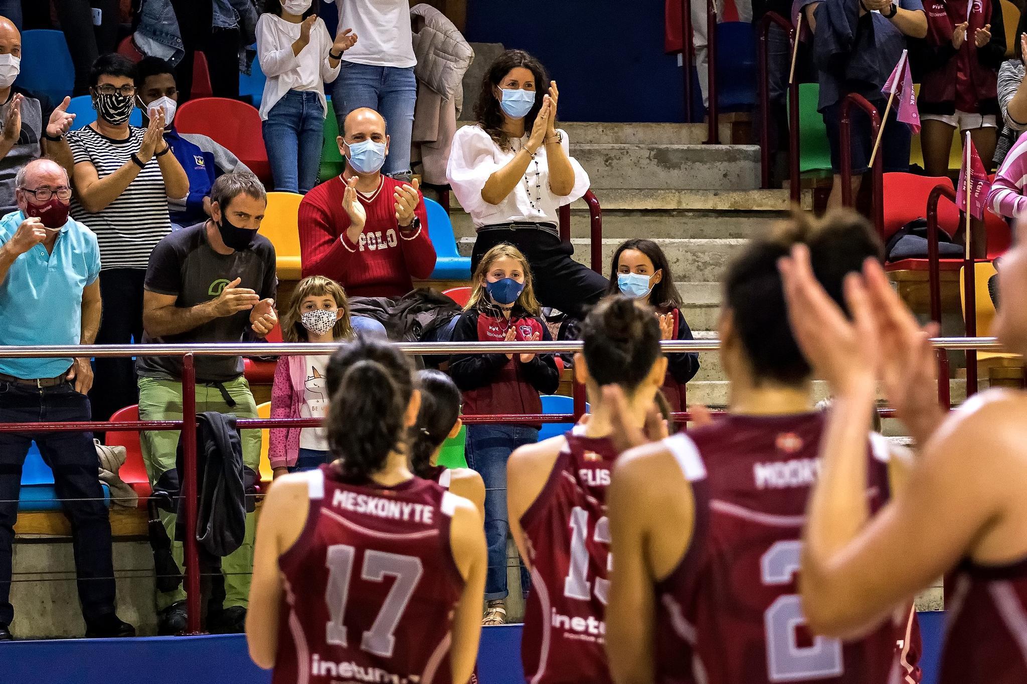 Las jugadoras del Gernika aplauden a su afición (Foto: Luis Fernando Boo).