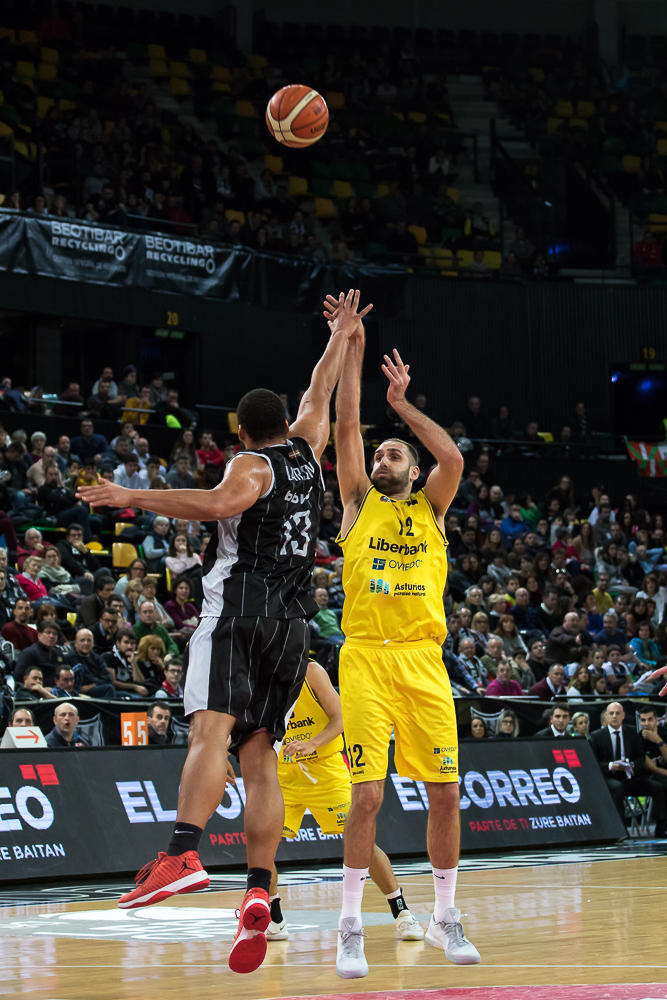 Arteaga lanza ante Larsen (Foto: Luis Fernando Boo).