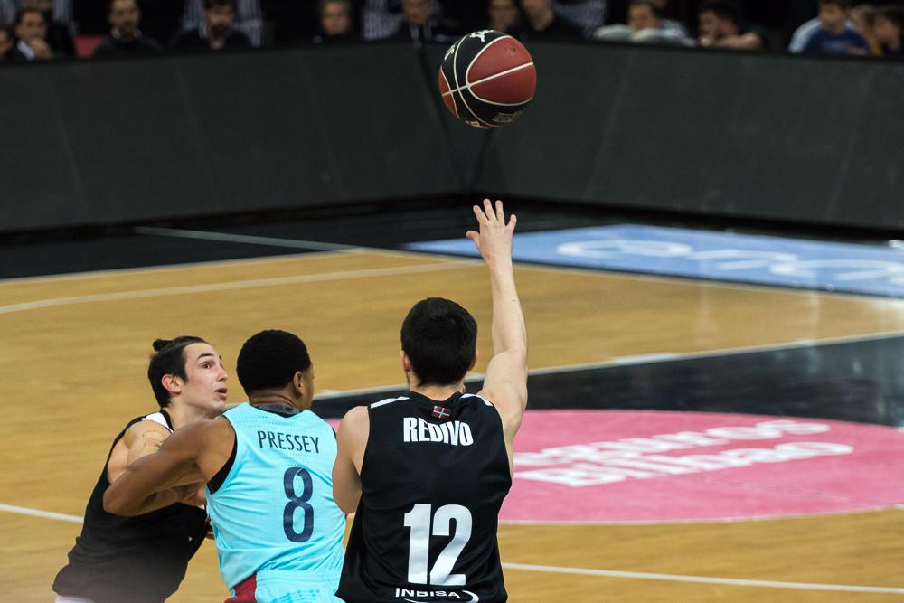Redivo pone un balón en juego (Foto: Luis Fernando Boo).