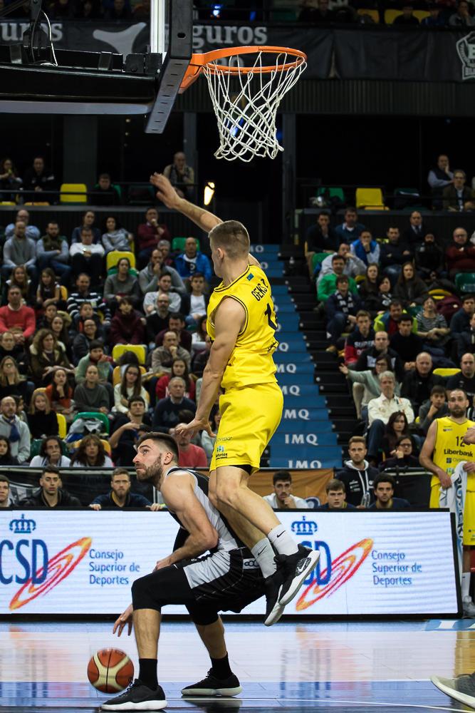 Matulionis hace volar a su defensor (Foto: Luis Fernando Boo).