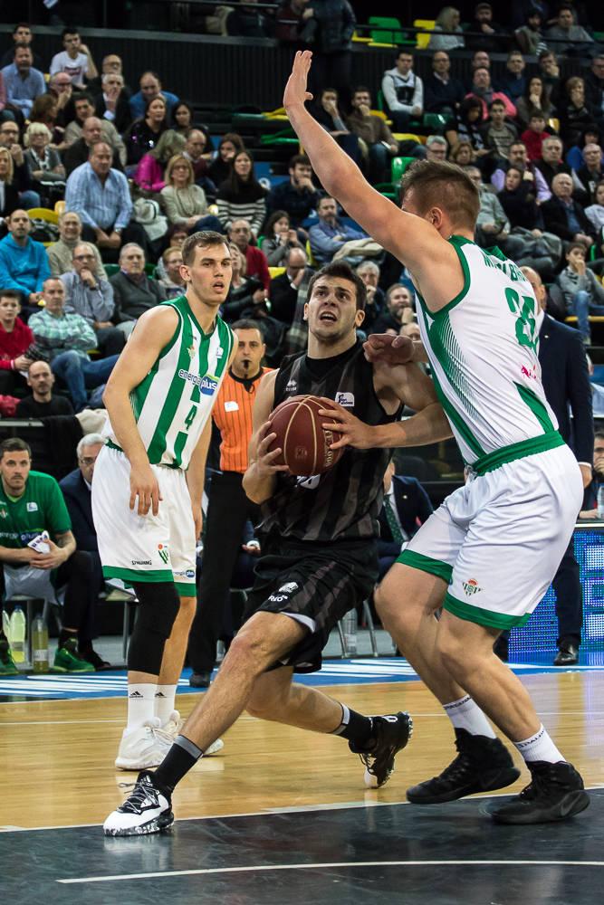 Mahalbasic tapa el camino al aro a Todorovic (Foto: Luis Fernando Boo).