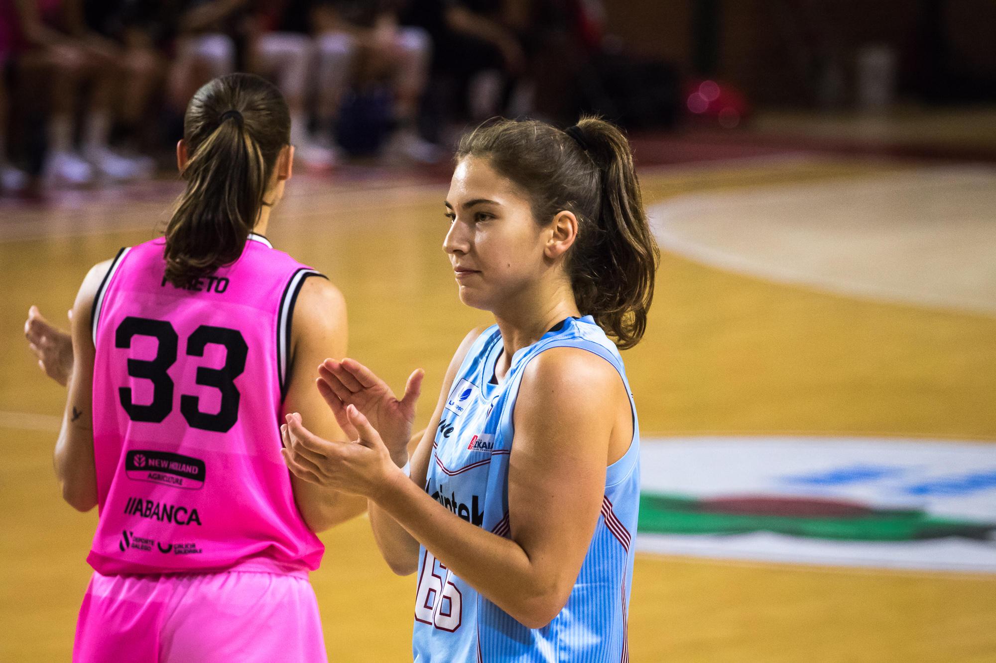 Rosó Buch aplaude la acción de una compañera (Foto: Luis Fernando Boo).