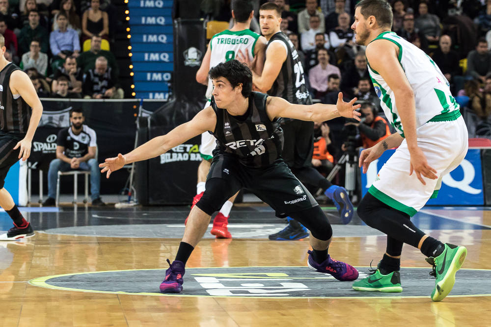 Borja Mendia se aplica en defensa (Foto: Luis Fernando Boo).