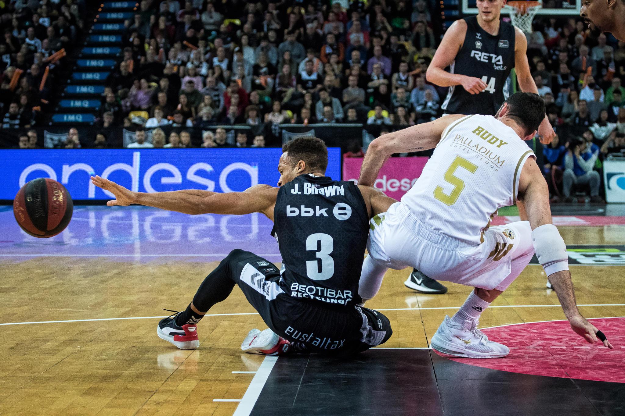 Brown y Rudy Fernández pelean por un balón (Foto: Luis Fernando Boo).