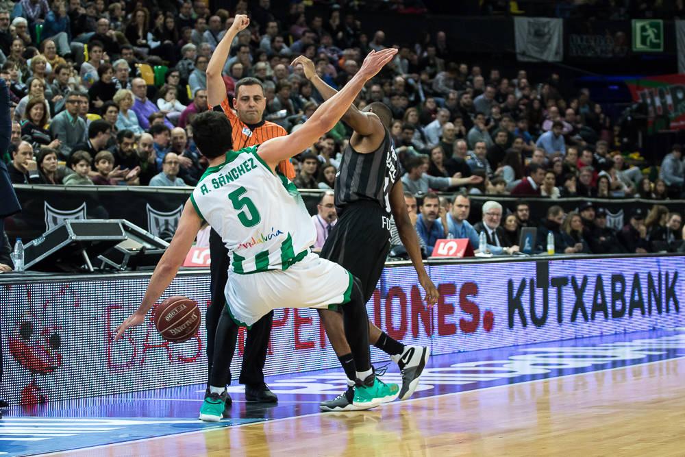 El árbitro pita falta a Sanchez (Foto: Luis Fernando Boo).