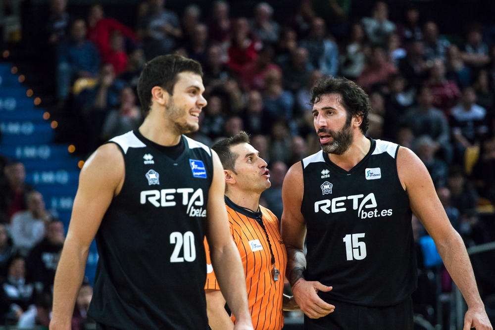 Mumbrú discute con un árbitro (Foto: Luis Fernando Boo).