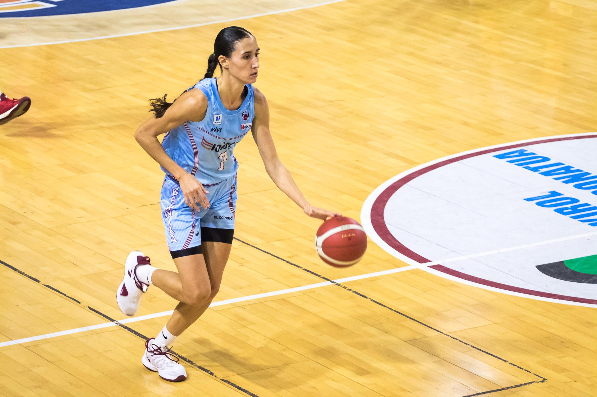 Belén Arrojo sube la bola (Foto: Luis Fernando Boo).