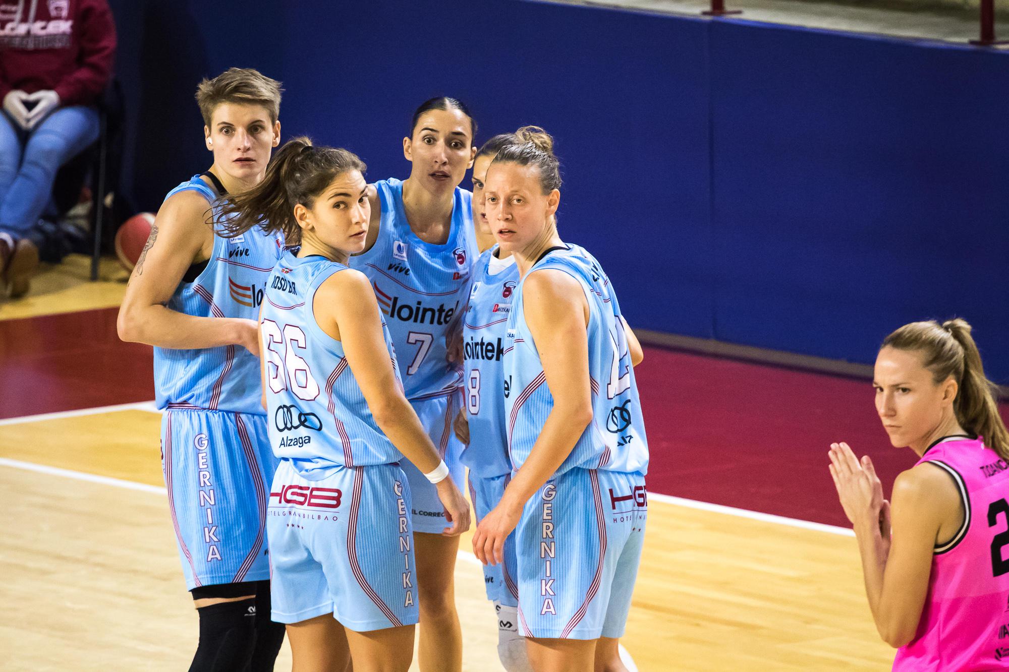 Las jugadoras del Gernika hacen un corro (Foto: Luis Fernando Boo).