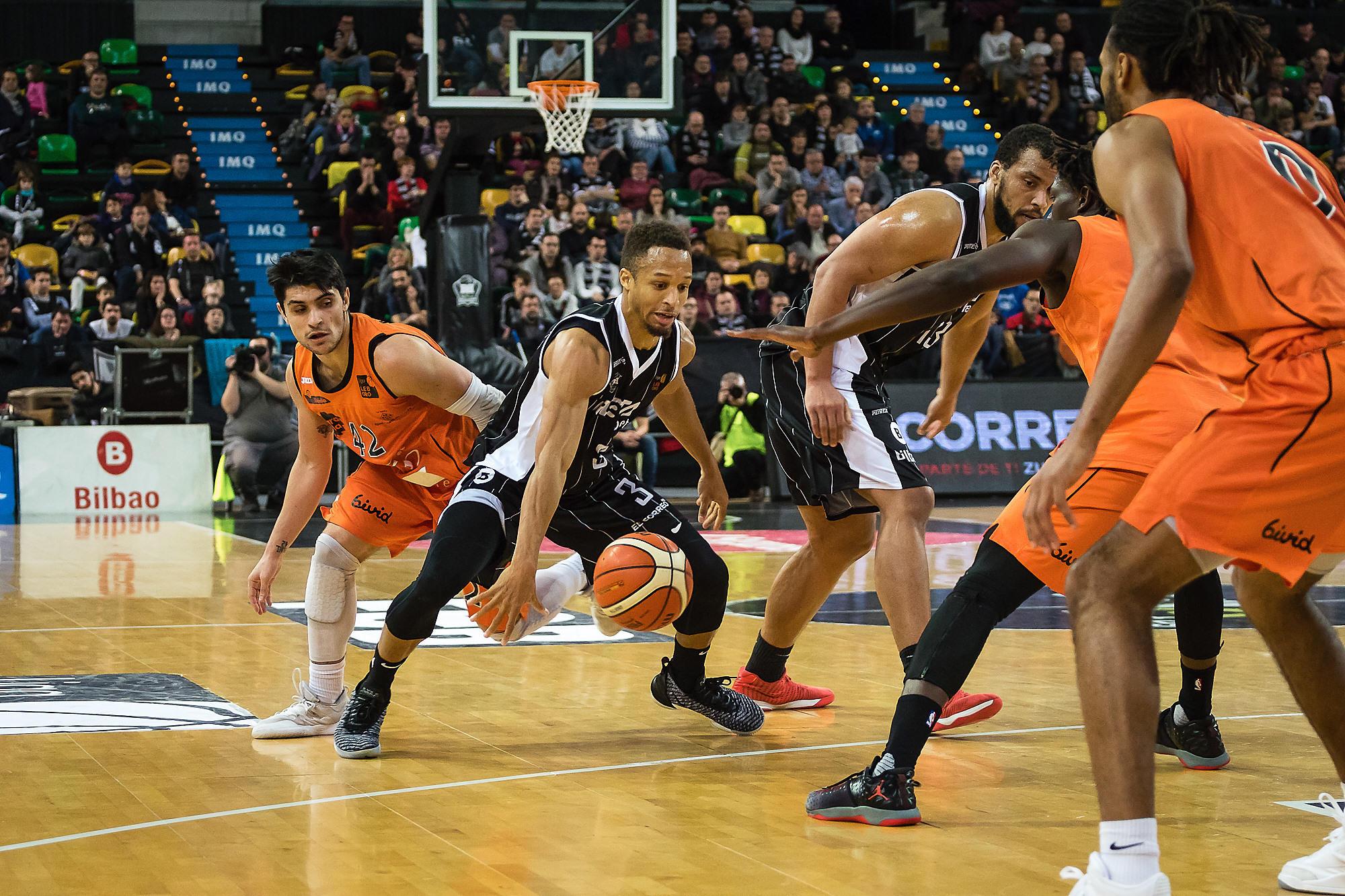 Brown entre tres defensores (Foto: Luis Fernando Boo).