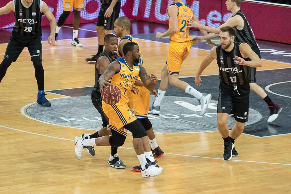 La defensa del Bilbao Basket, pendiente de McCalebb (Foto: Luis Fernando Boo).