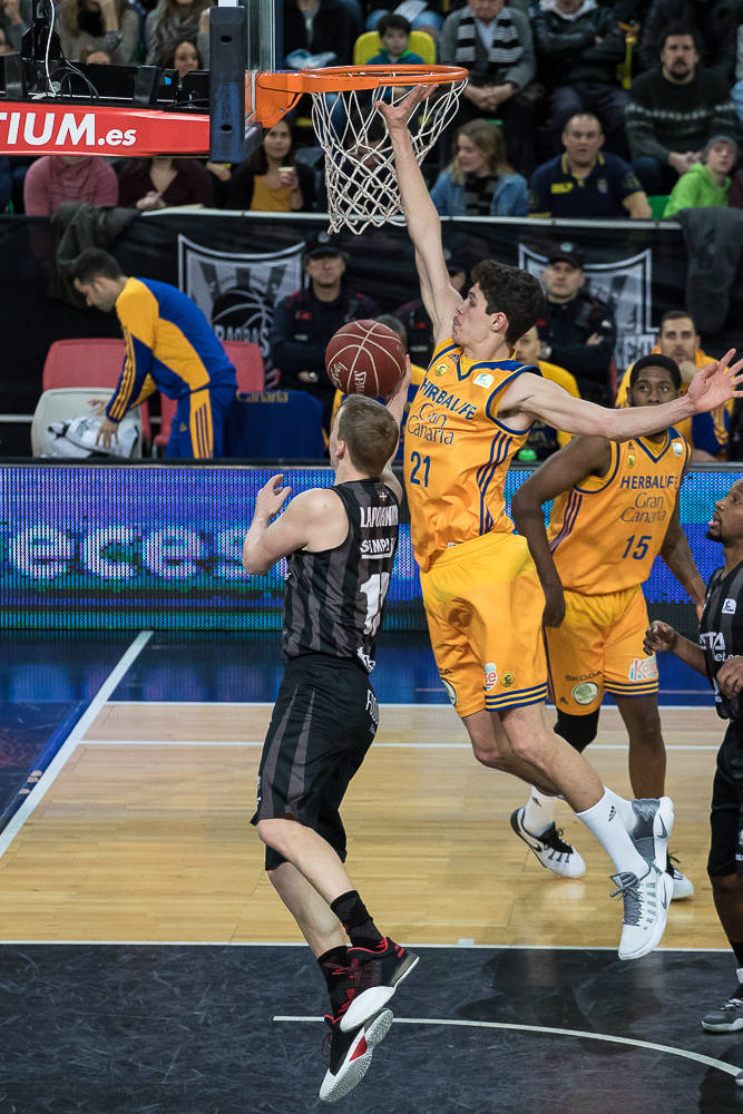 Pauli cierra el paso del aro a Lapornik (Foto: Luis Fernando Boo).