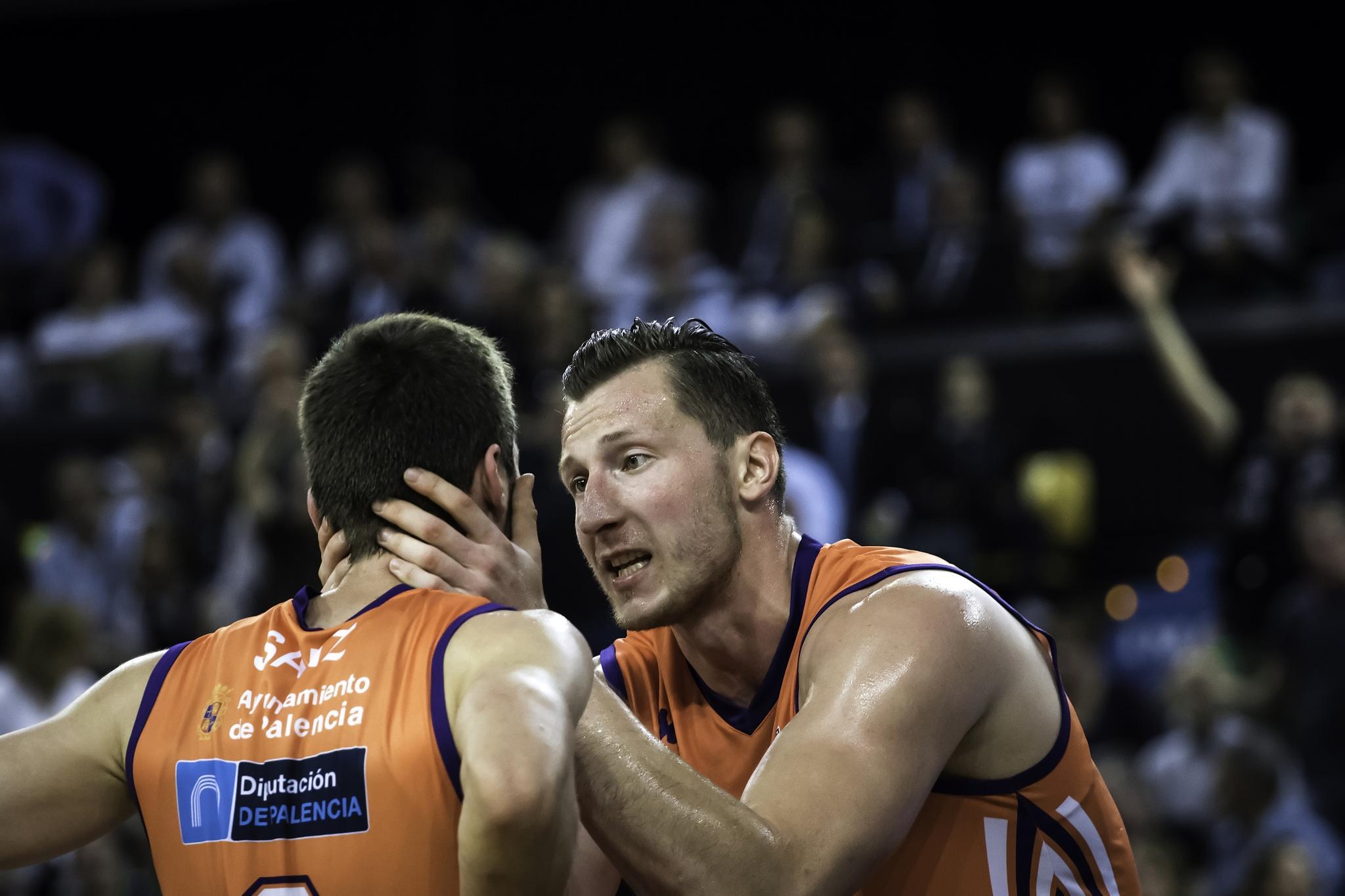 Gustys, expresivo con Sanz | Foto: Luis Fernando Boo.