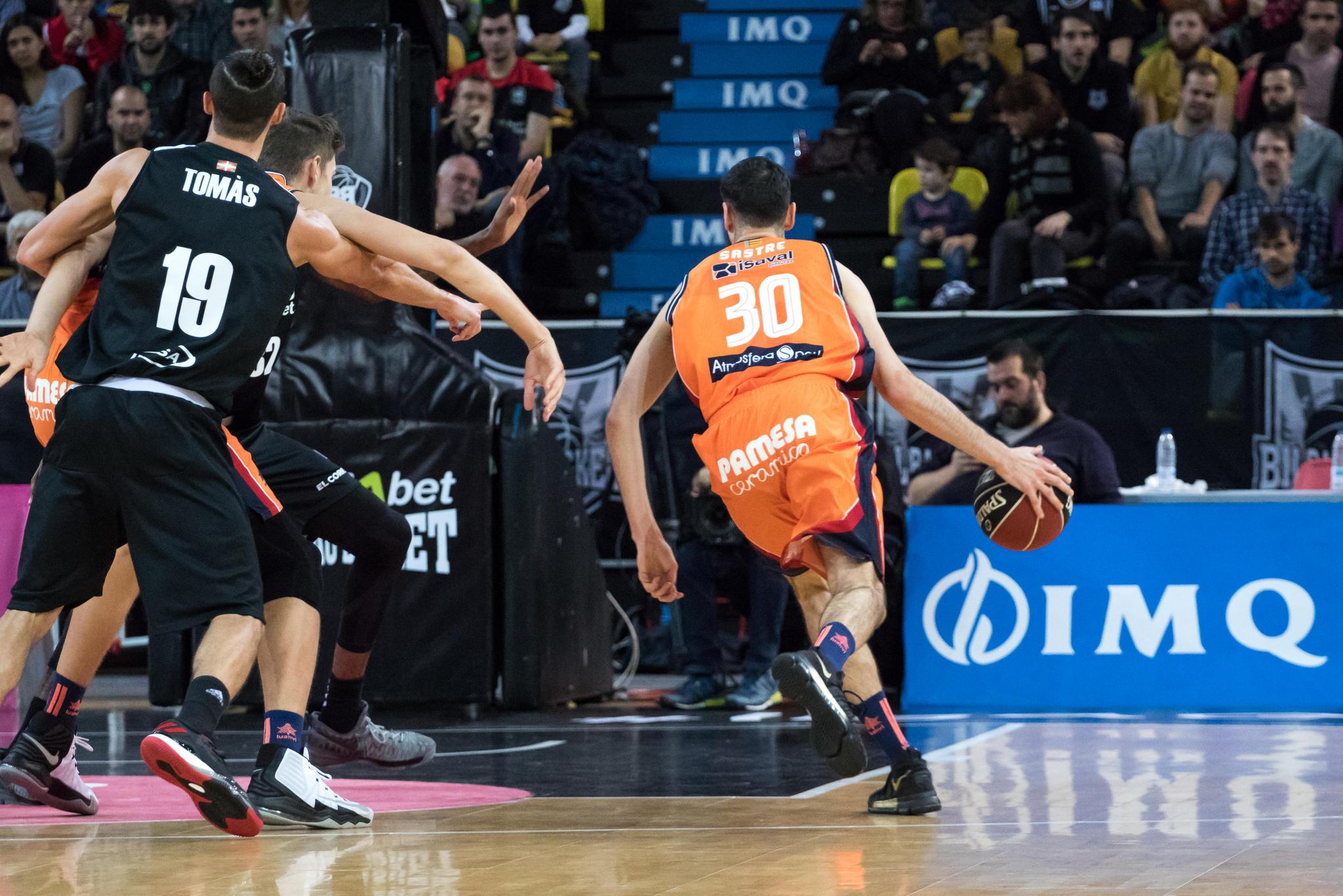 Joan Sastre se lanza hacia el aro rival (Foto: Luis Fernando Boo).
