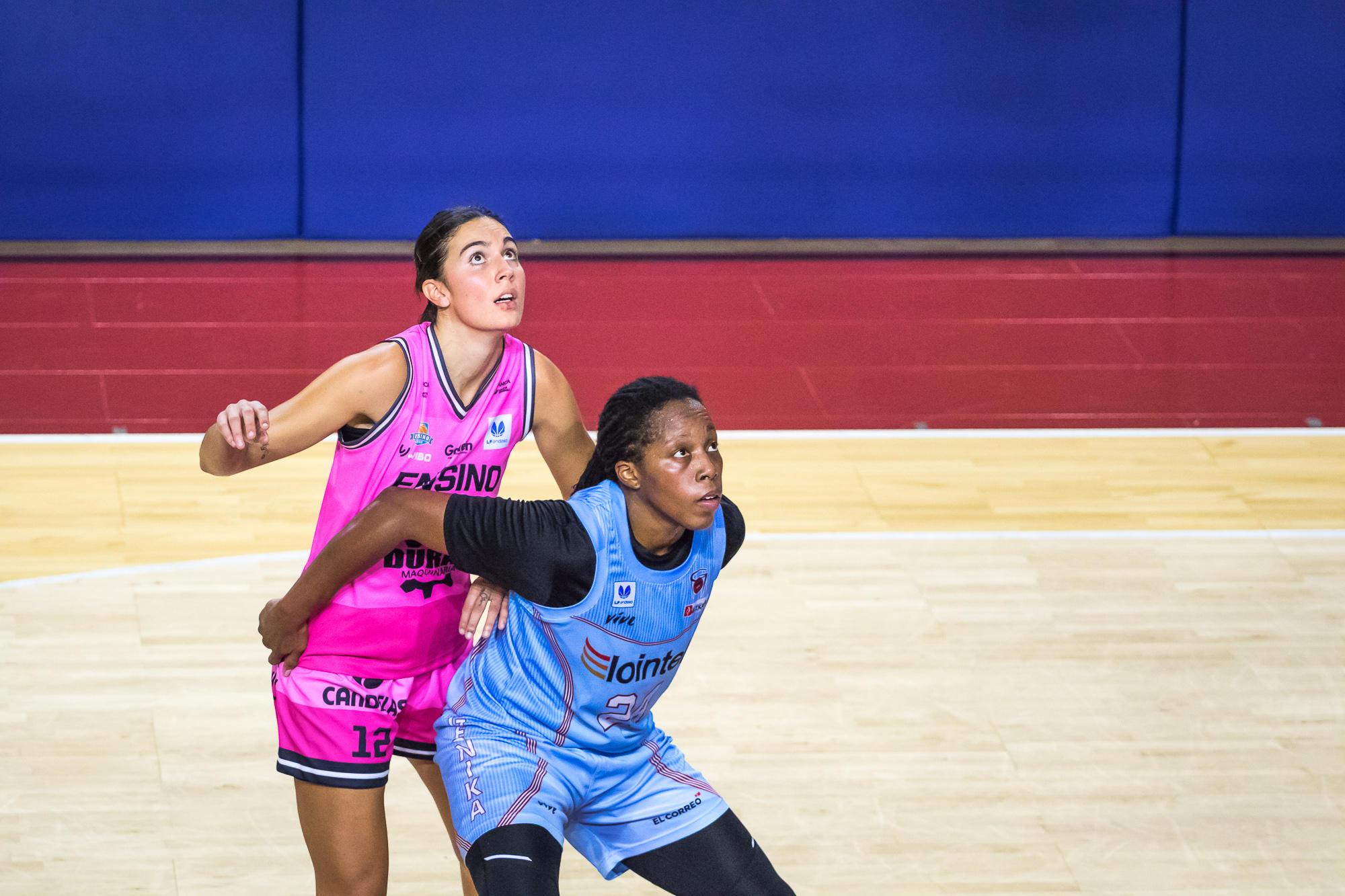 Roundtree y Aliaga pelean por la posición de rebote (Foto: Luis Fernando Boo).