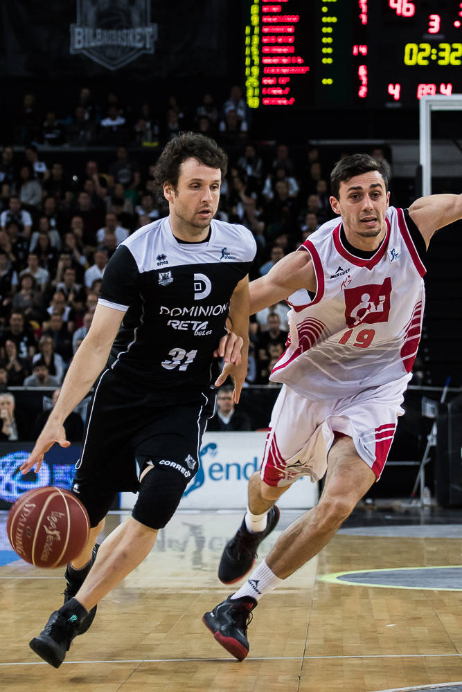 Raul López se escapa de Pere Tomas (Foto: Luis Fernando Boo).