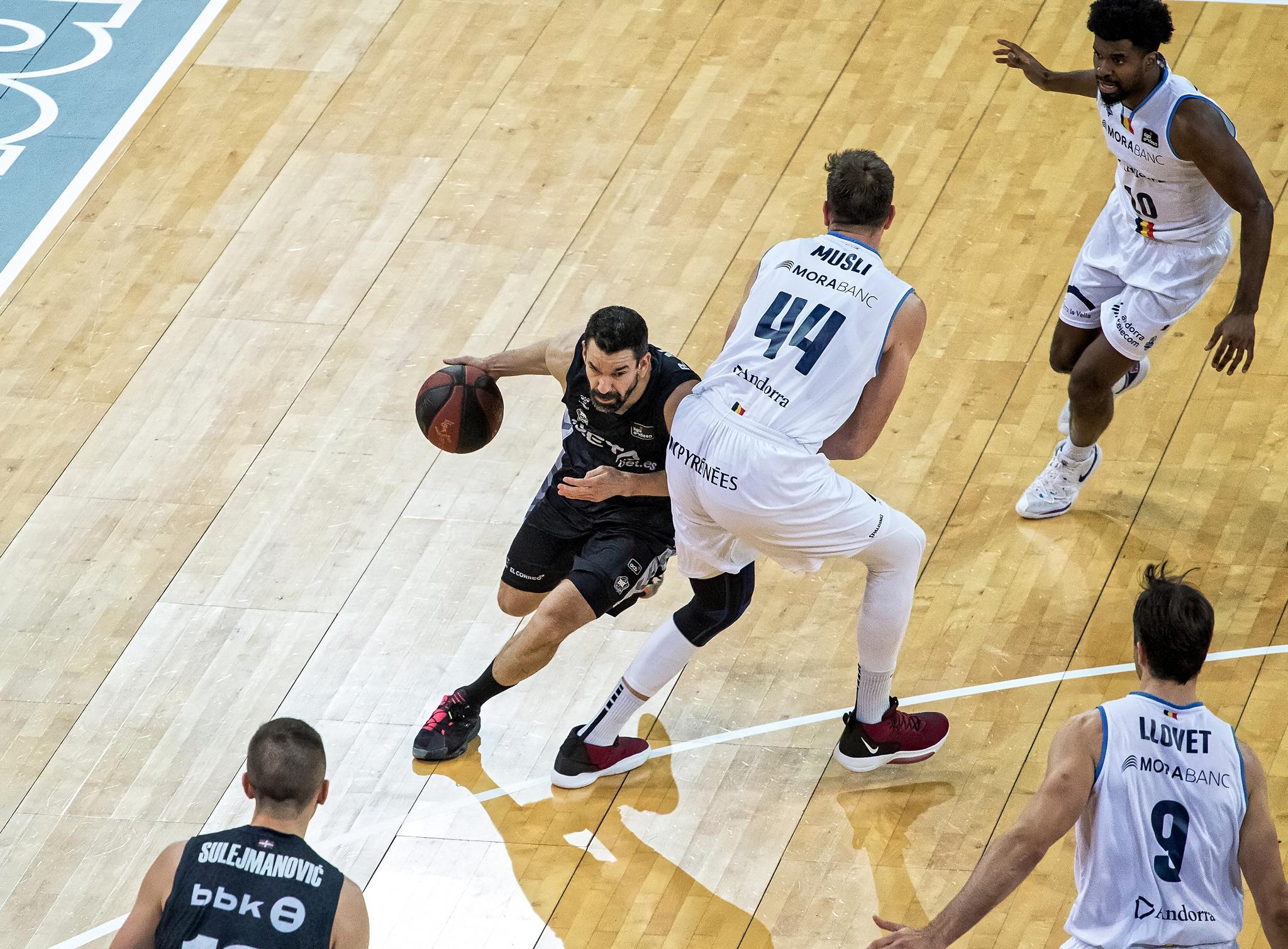 Martinez intenta superar a Musli (Foto: Luis Fernando Boo).