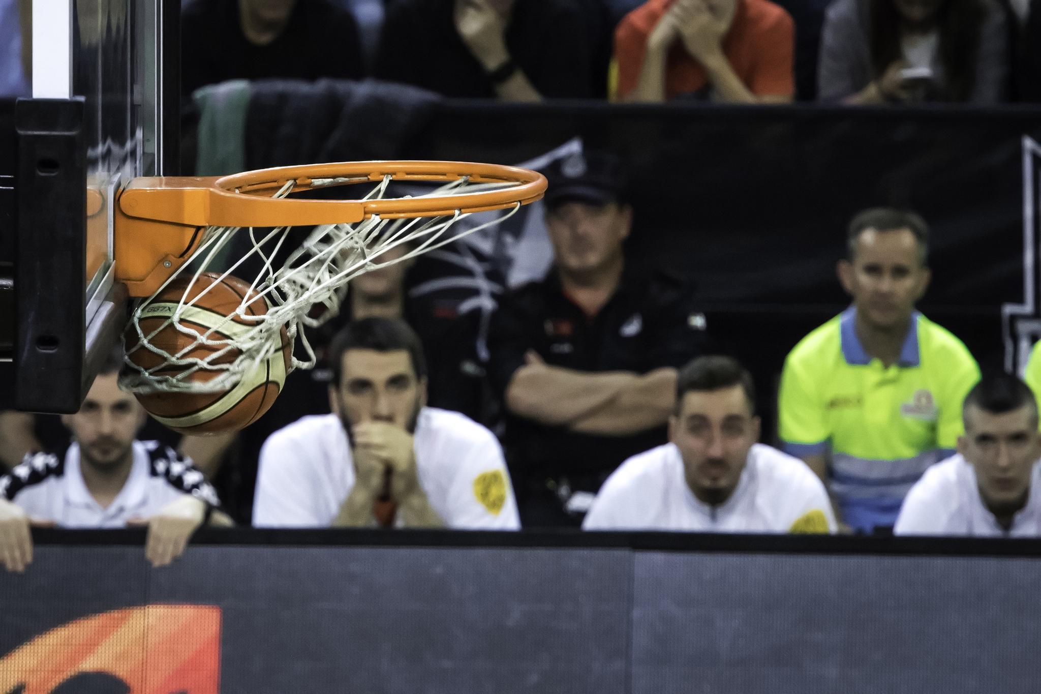 El balón entra en el aro palentino | Foto: Luis Fernando Boo.