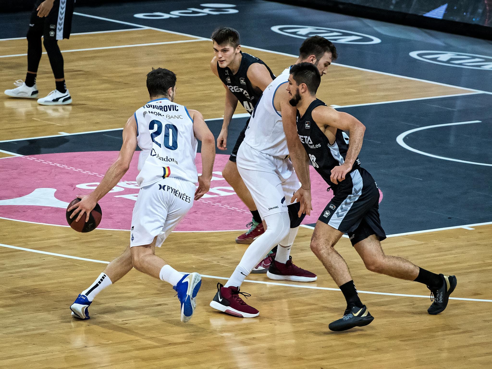 Dejan Todorovic aprovecha un bloqueo de un compañero (Foto: Luis Fernando Boo).