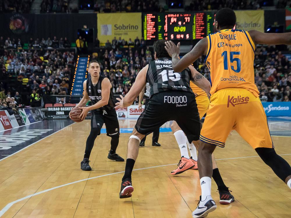 Mumbrú pide la bola (Foto: Luis Fernando Boo).