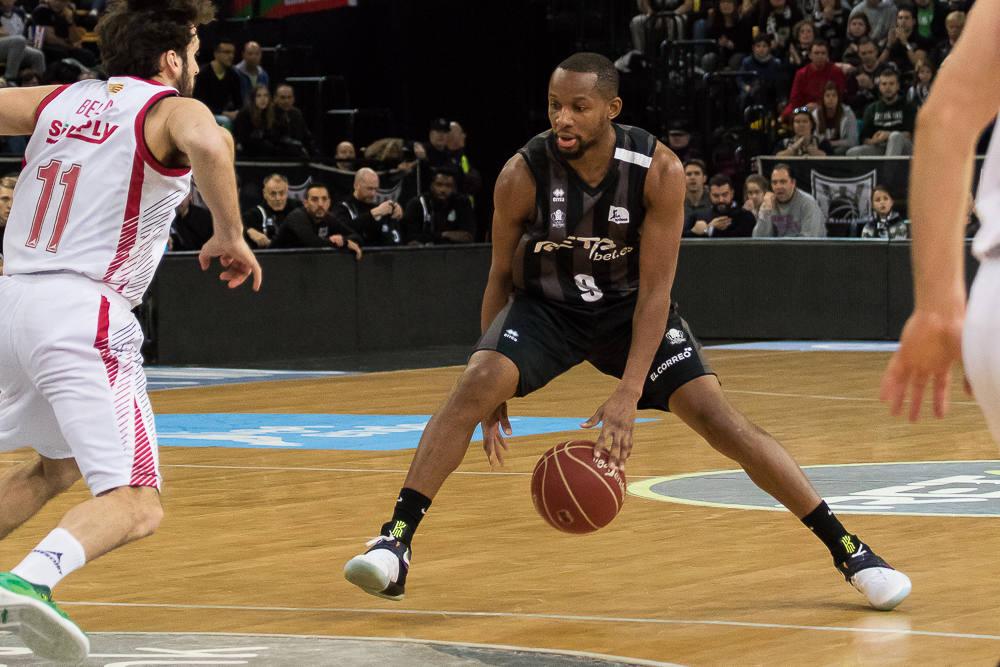 Tabu se cruza el balón bajo las piernas (Foto: Luis Fernando Boo).