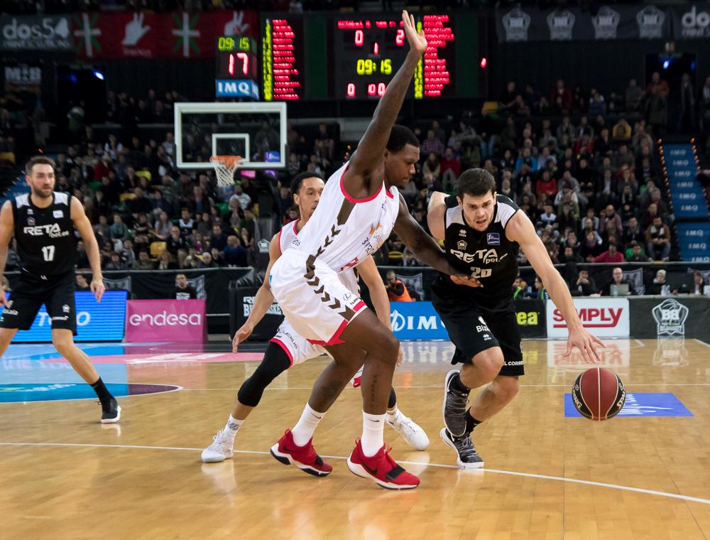 Todorovic intenta avanzar frente a su defensor  (Foto: Luis Fernando Boo).