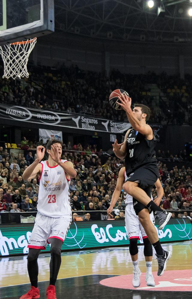Dejan Todorovic vuela hacia el aro  (Foto: Luis Fernando Boo).