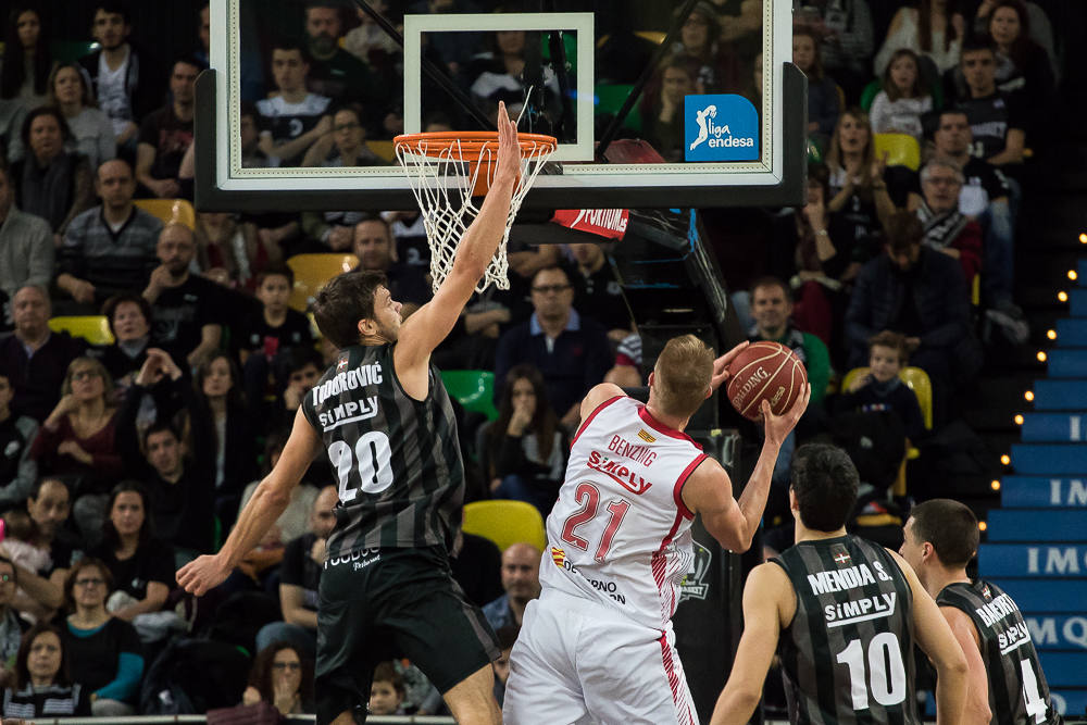 Todorovic intenta taponar a Benzing (Foto: Luis Fernando Boo).