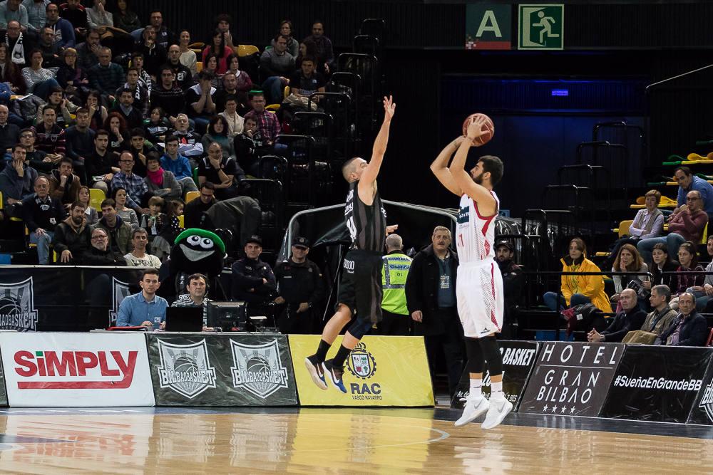 Salgado salta para taponar a un rival (Foto: Luis Fernando Boo).