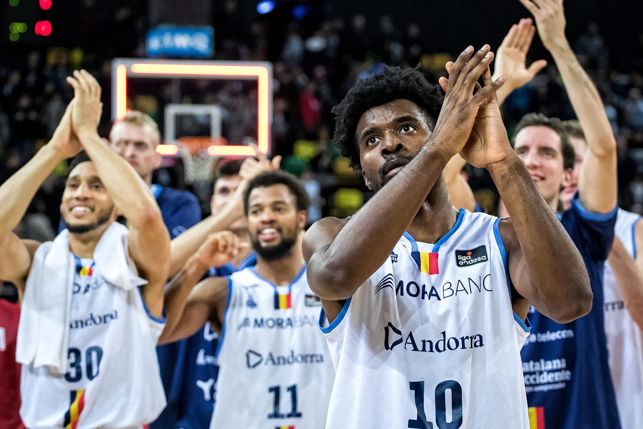 Los jugadores del Andorra celebran el triunfo con sus aficionados (Foto: Luis Fernando Boo).