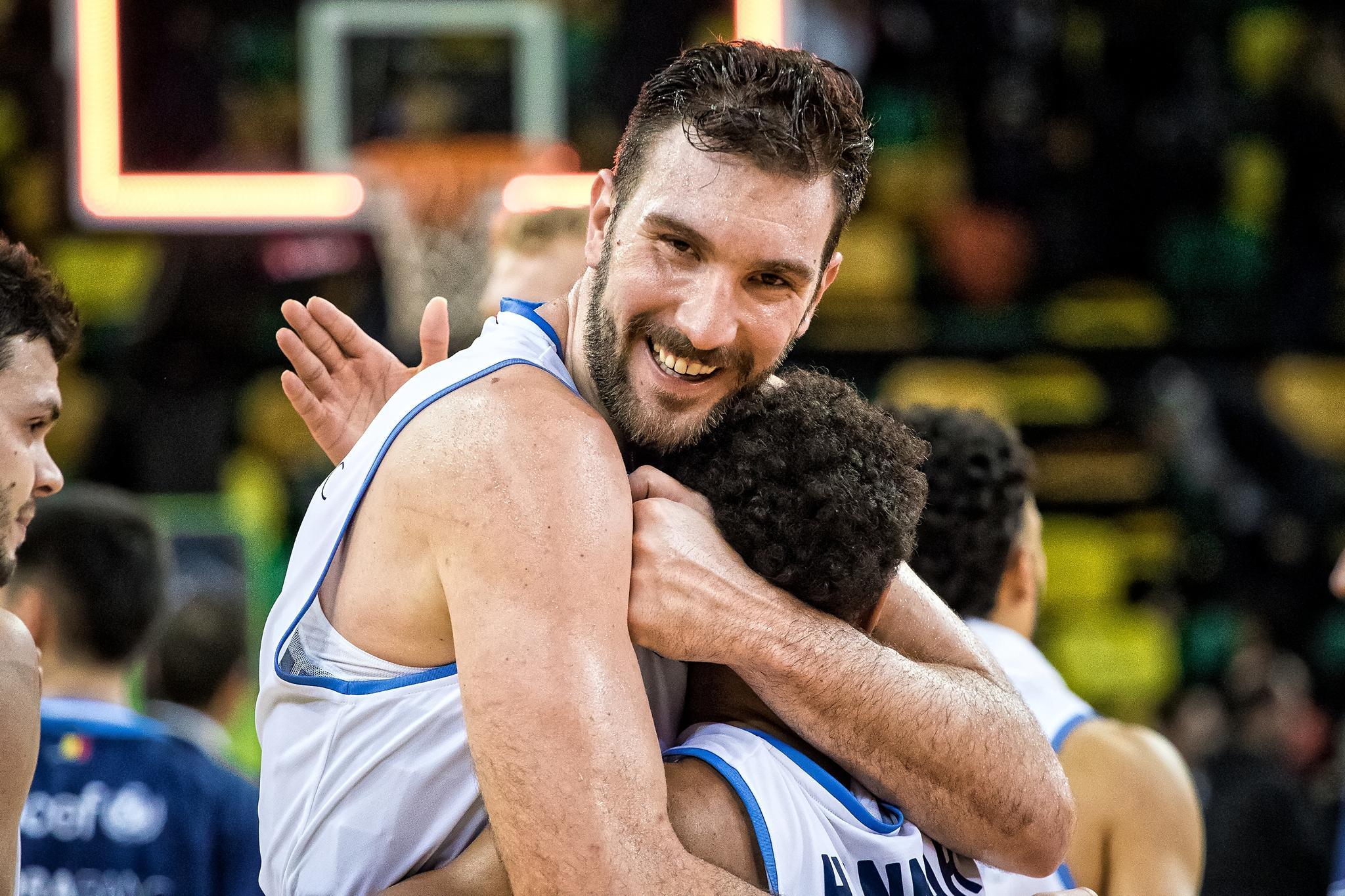Musli, feliz por el triunfo, se abraza a Hannah (Foto: Luis Fernando Boo).