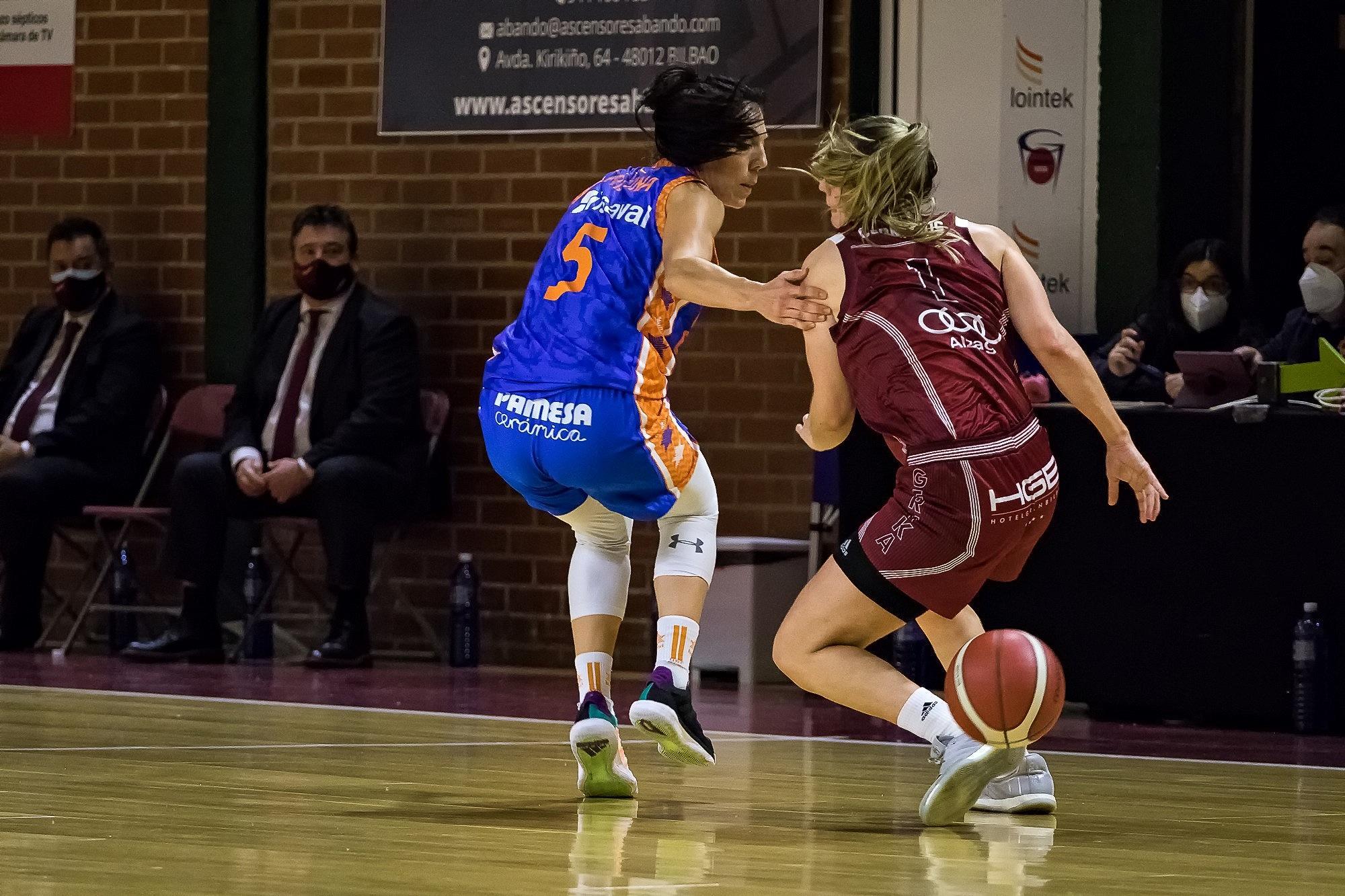 Cornelius se pasa el balón por la espalda para evitar a Ouviña (Foto: Luis Fernando Boo).