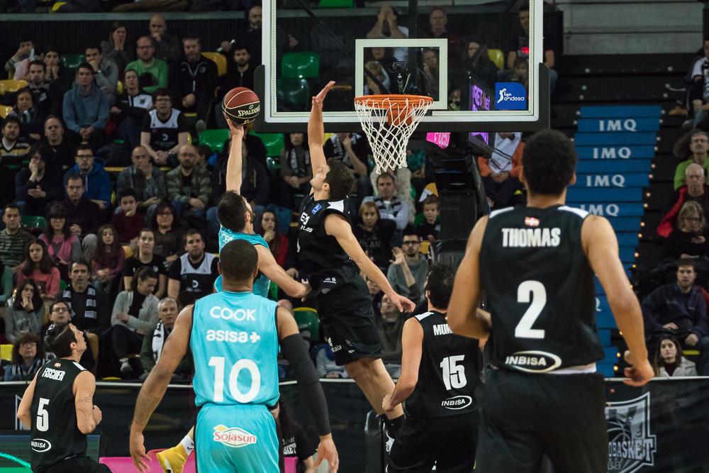 Todorovic salta para taponar (Foto: Luis Fernando Boo).