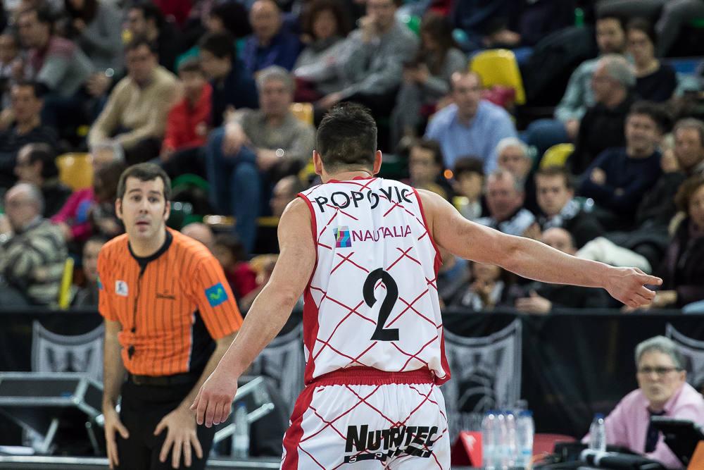 Popovic pide explicaciones a un árbitro (Foto: Luis Fernando Boo).