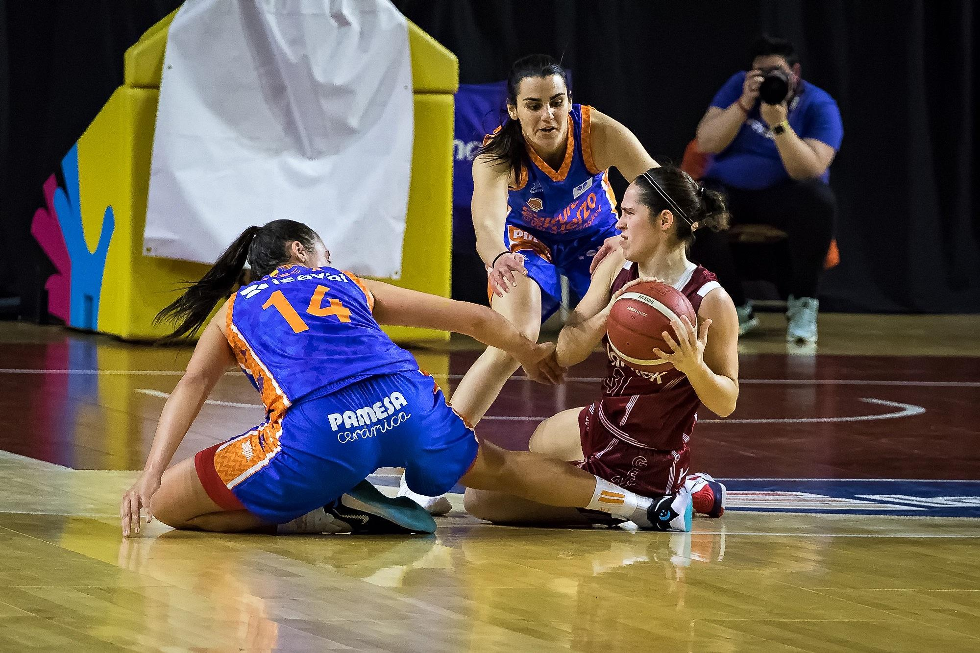 Ariztimuño consigue mantener el balón ante dos rivales (Foto: Luis Fernando Boo).
