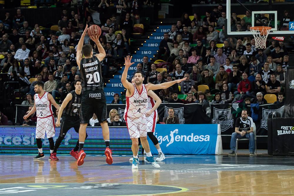 Todorovic lanza un triple (Foto: Luis Fernando Boo).