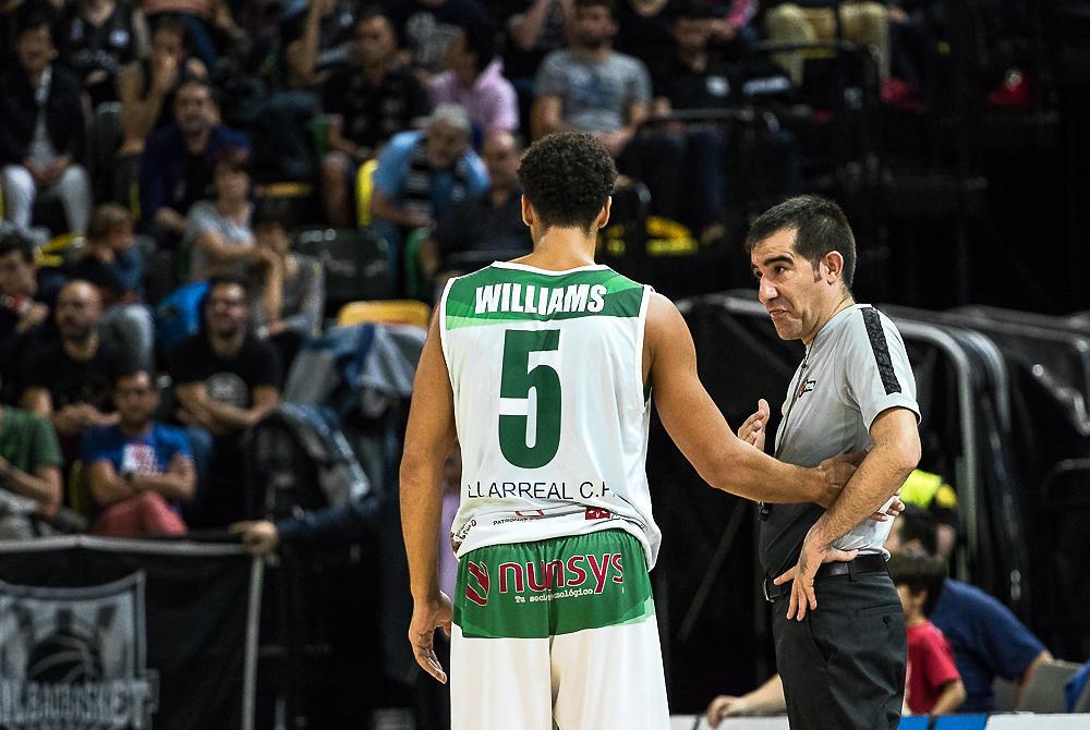 Leon Williams charla con un árbitro (Foto: Luis Fernando Boo).