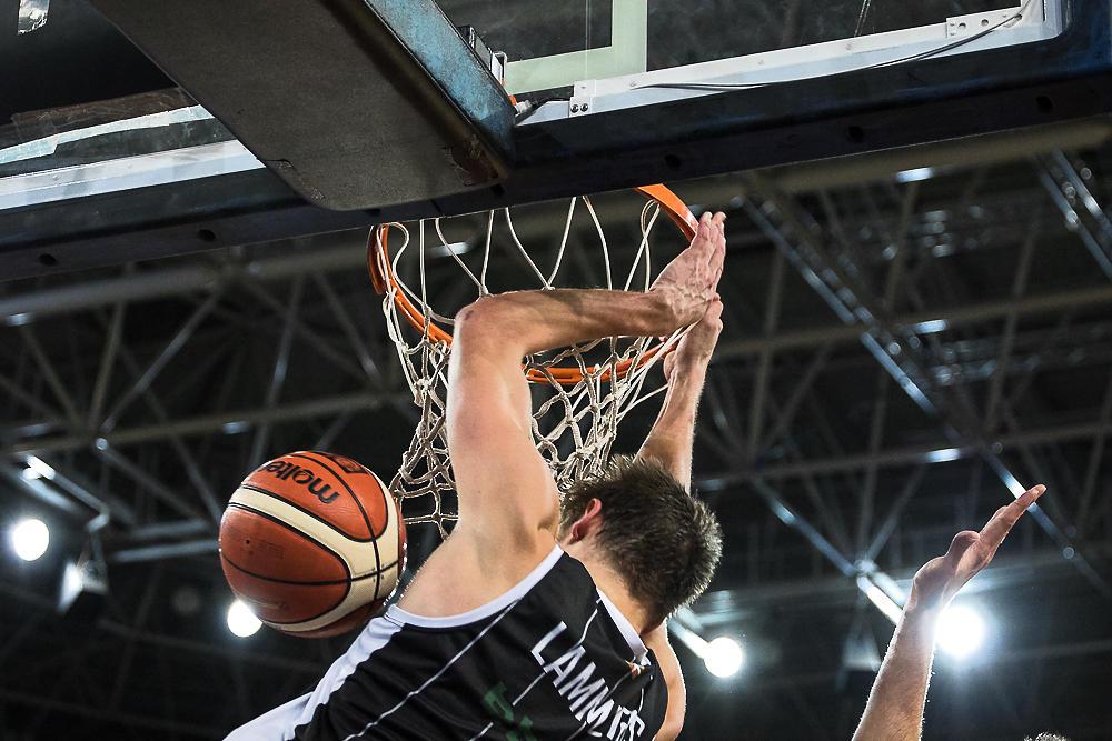 Lammers hunde el balón en el aro rival (Foto: Luis Fernando Boo).