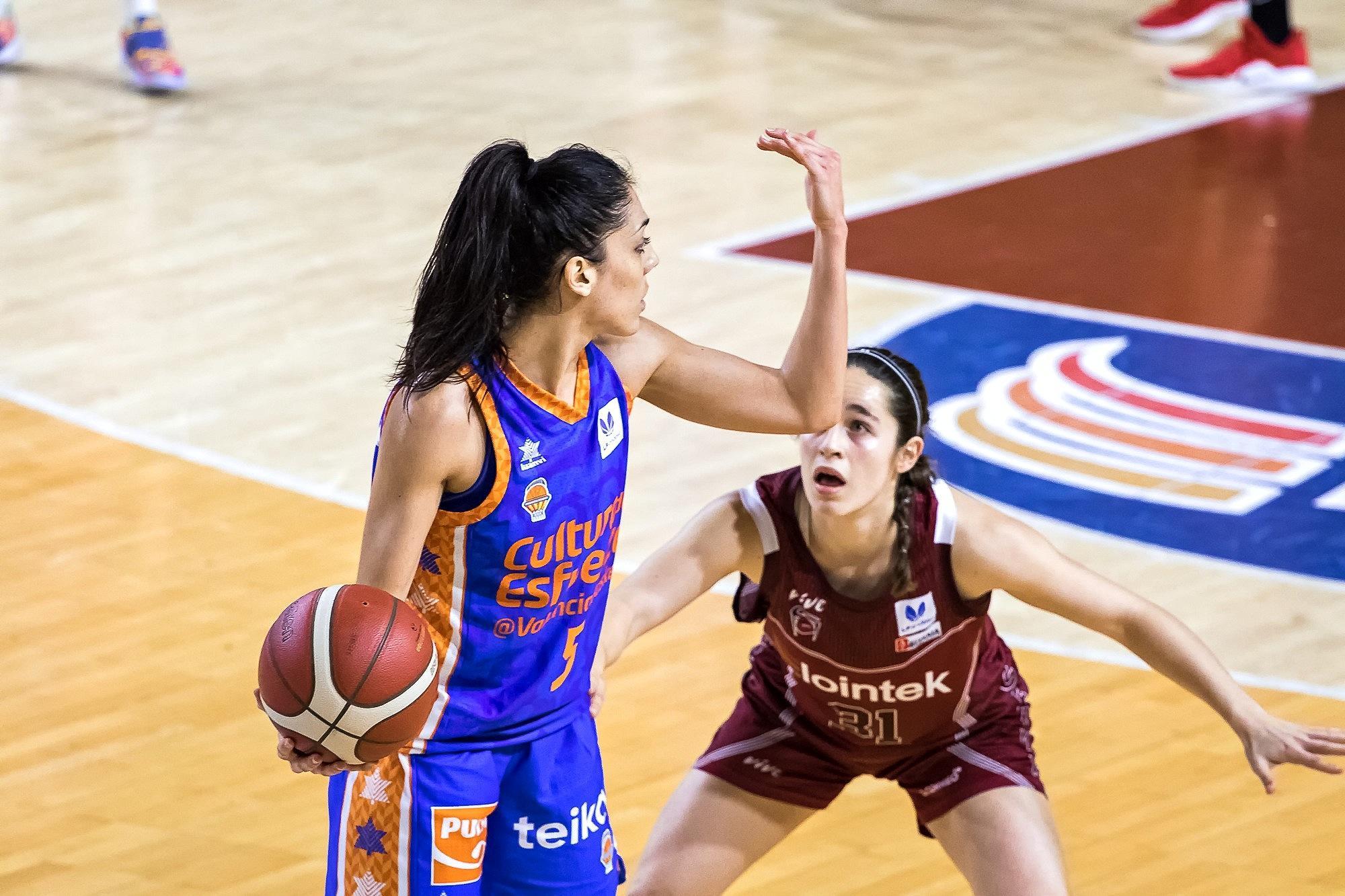 Ouvilña indica una jugada ante la defensa de Ariztimuño (Foto: Luis Fernando Boo).