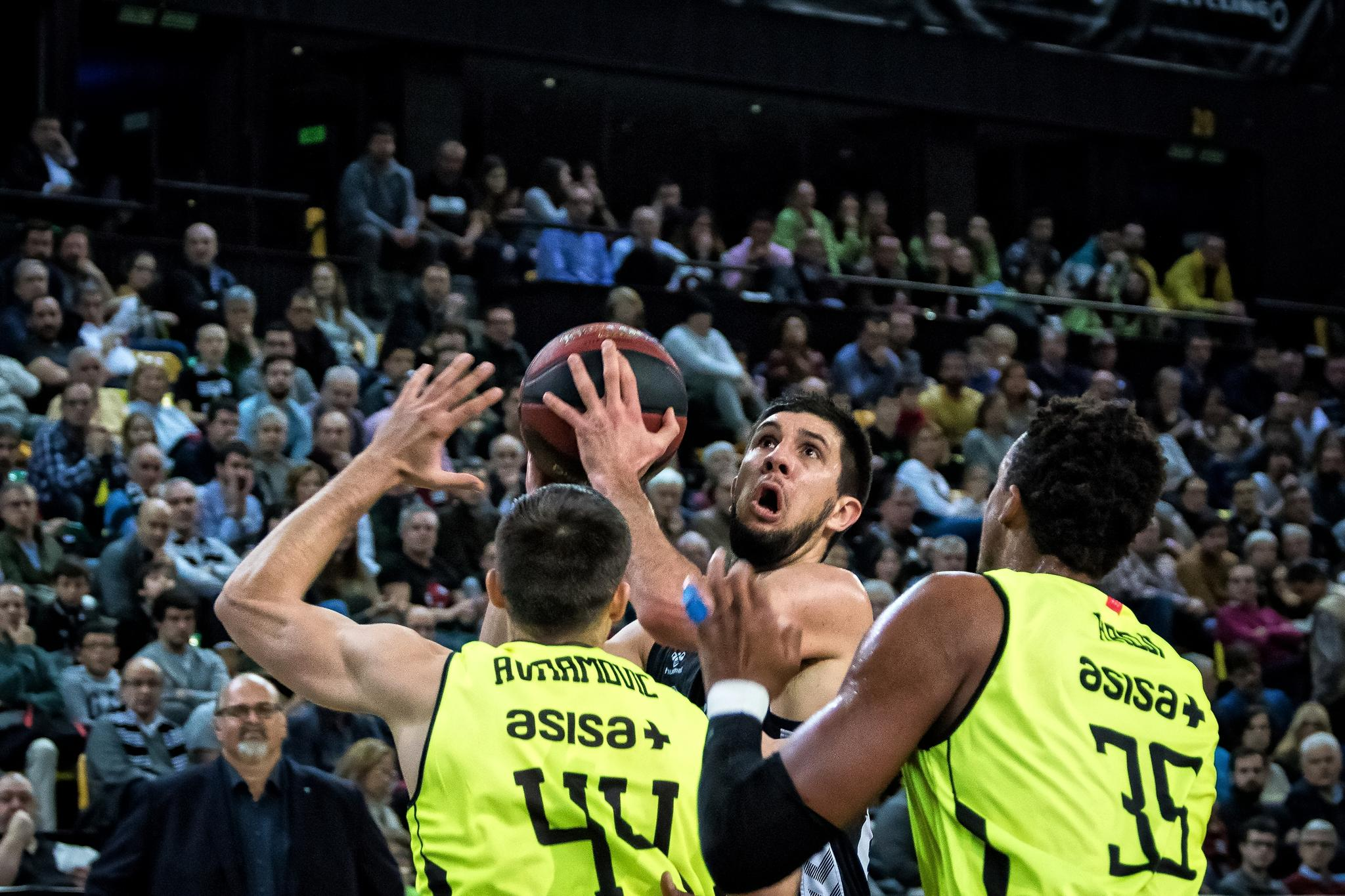 Bouteille intenta lanzar a canasta ante dos defensores (Foto: Luis Fernando Boo).