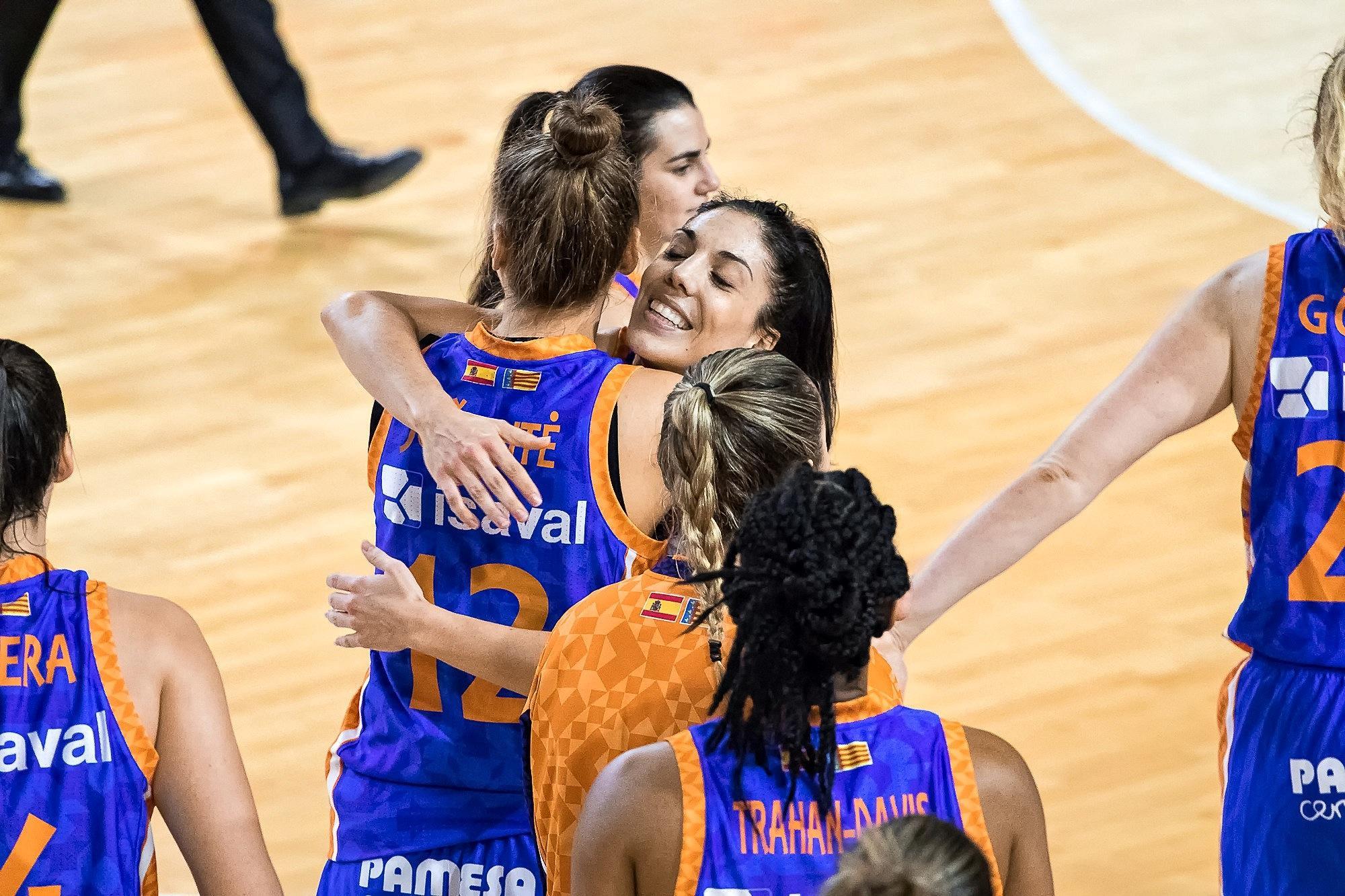 Las jugadores del Valencia celebran la victoria (Foto: Luis Fernando Boo).