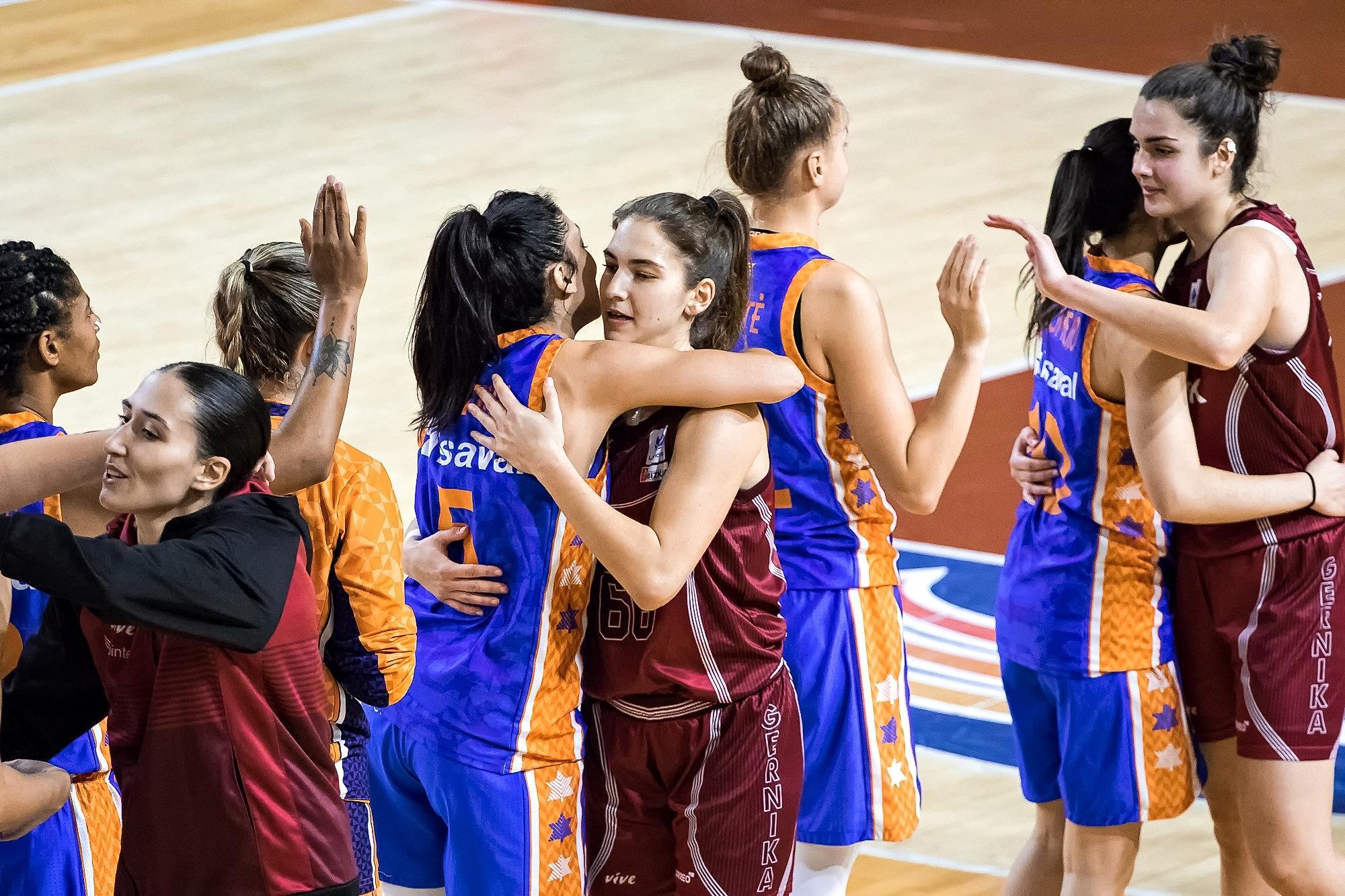 Las jugadoras de ambos equipos se saludan tras finalizar el partido (Foto: Luis Fernando Boo).