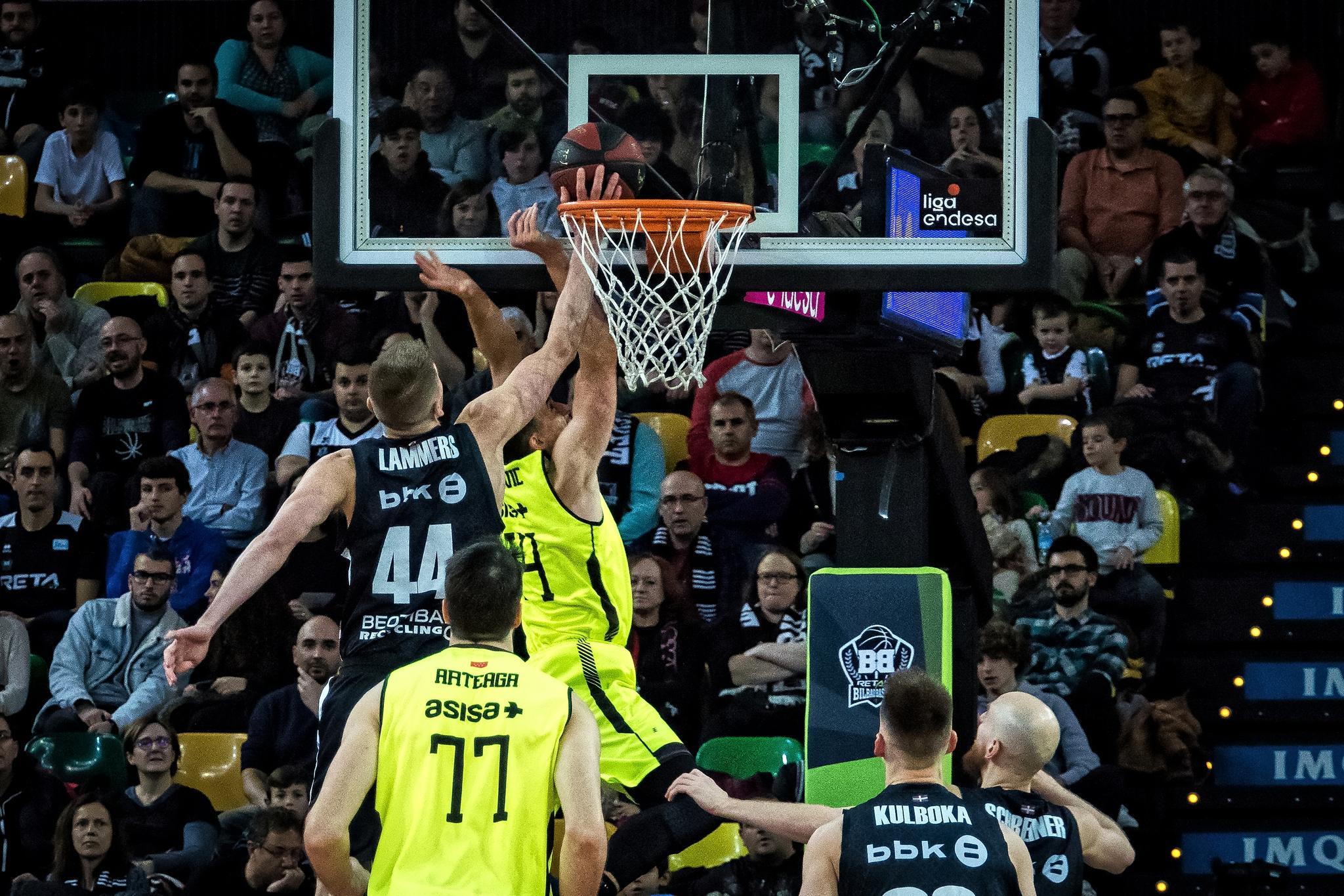 Lammers tapona a un rival (Foto: Luis Fernando Boo).