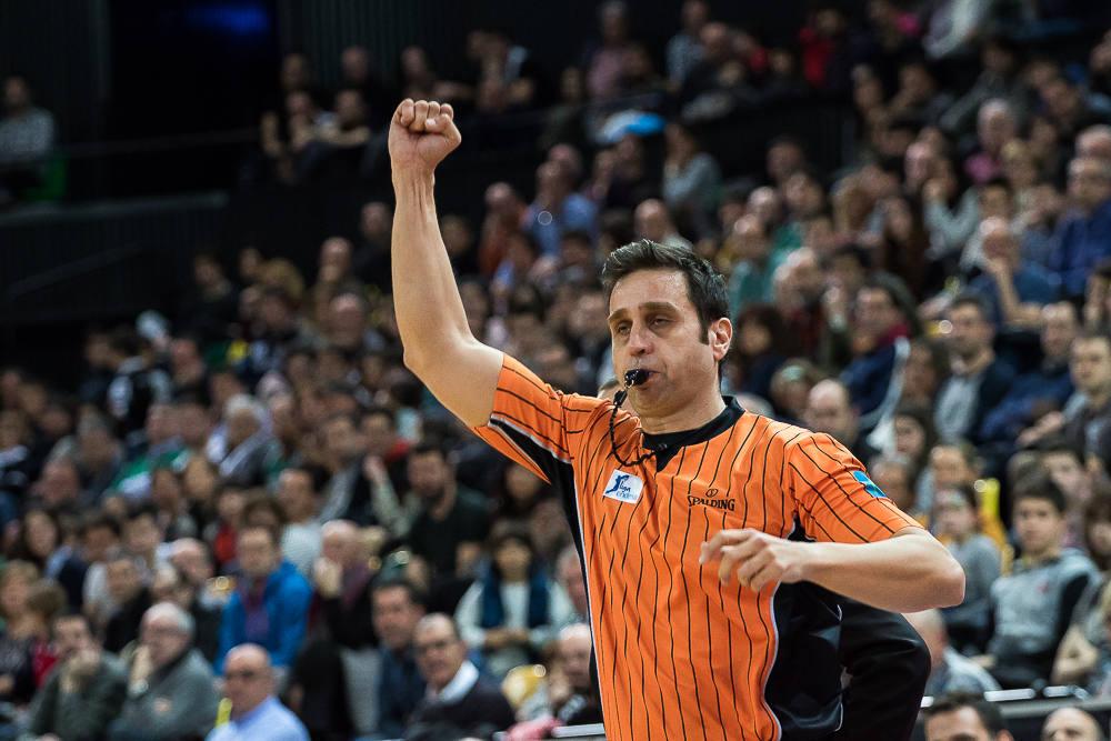 Carlos Peruga señala una falta (Foto: Luis Fernando Boo).