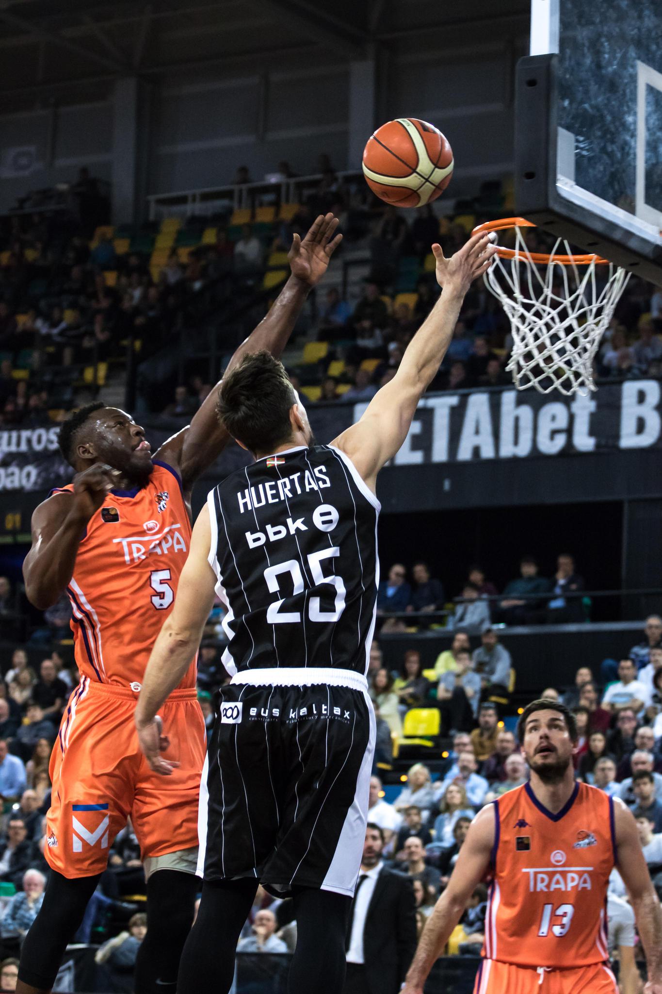 Huertas anota ante Moussa  | Foto: Luis Fernando Boo.
